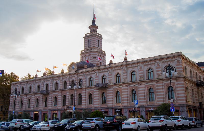 გლოვის დღესთან დაკავშირებით თბილისის საკრებულოს ისტორიულ შენობაზე დროშა დაეშვა