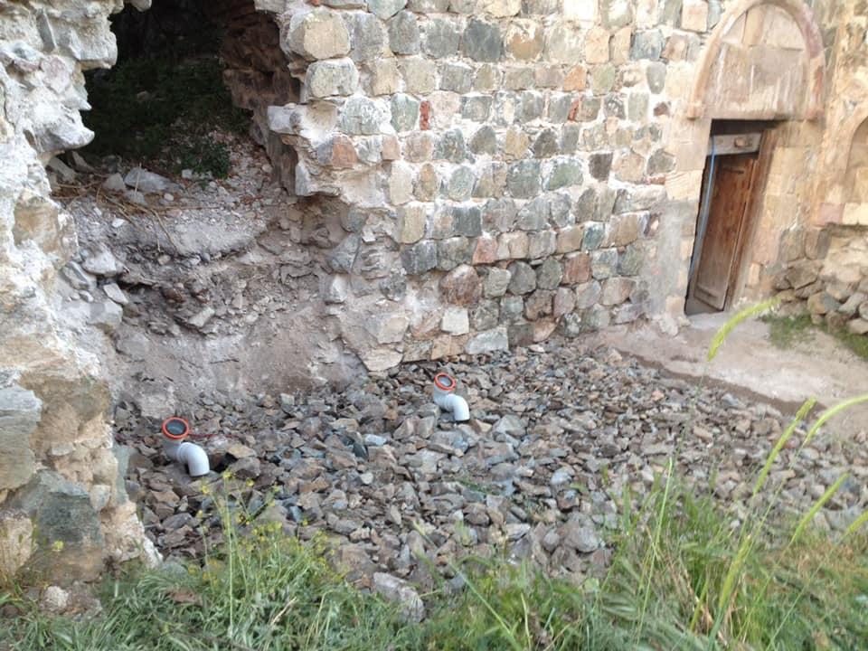 ქართული ტაძრის კარიბჭეში ტუალეტს აშენებენ