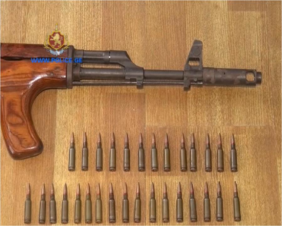 პოლიციამ თბილისში უკანონო იარაღი და საბრძოლო მასალა ამოიღო