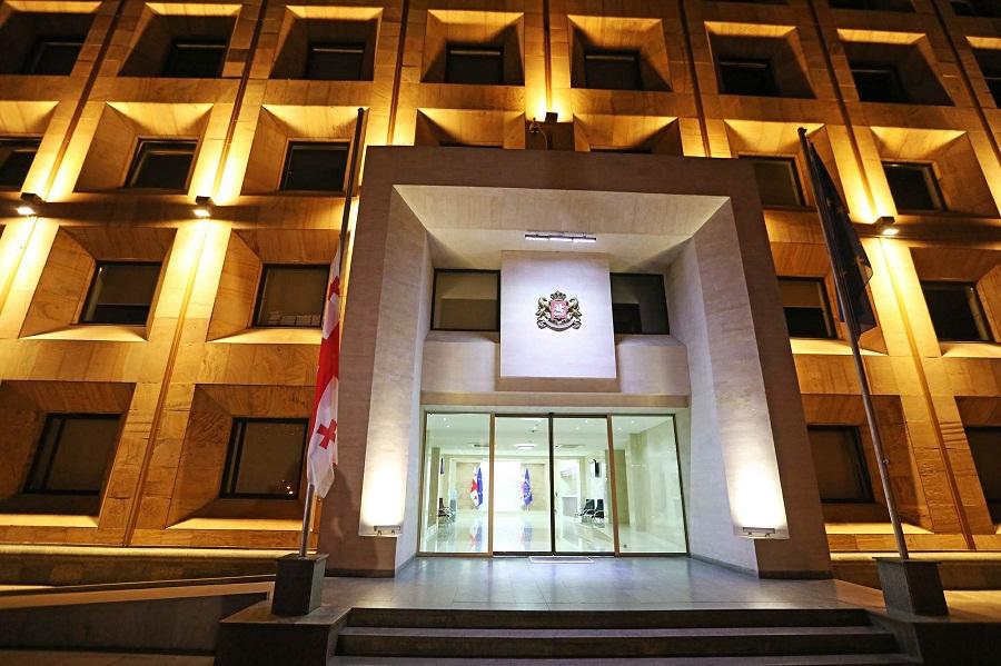 საქართველოს მთავრობის ადმინისტრაციის შენობაზე სახელმწიფო დროშა დაუშვეს