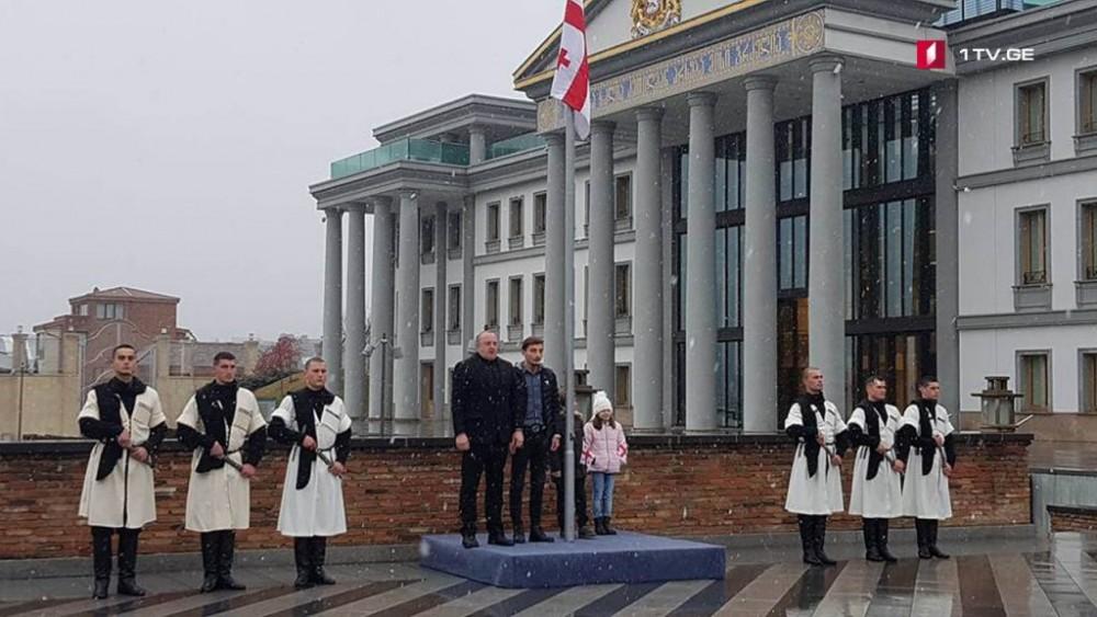 პრეზიდენტმა საქართველოს დროშა გიორგი ანწუხელიძისა და ზაზა დამენიას შვილებთან ერთად აღმართა