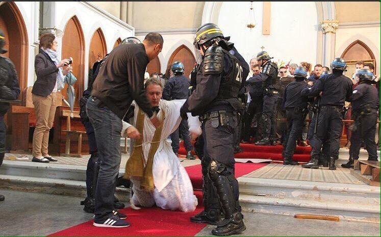 საფრანგეთის პოლიციამ ეკლესიიდან სასულიერო პირები და მრევლი გამოდევნა
