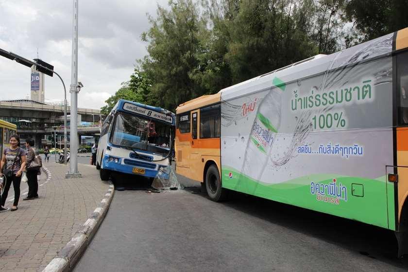 ტაილანდში ტურისტებით სავსე ავტობუსი გადაბრუნდა
