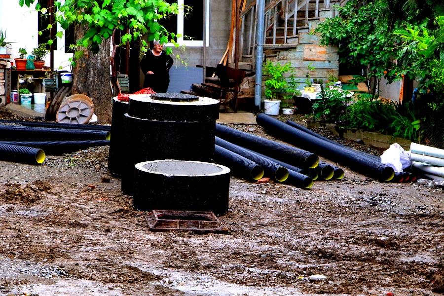 ტურგენევის ქუჩაზე წყალარინების სისტემა ეწყობა