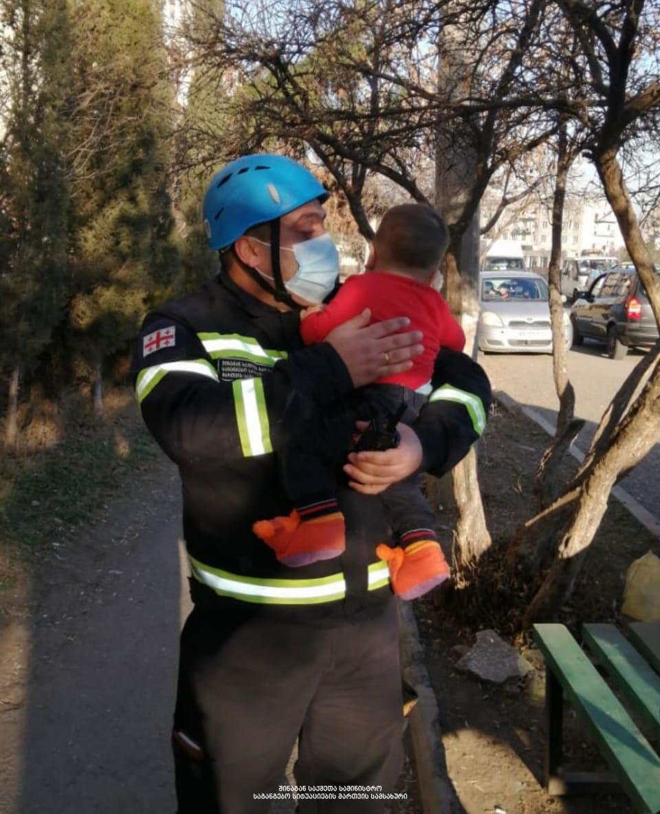 მეხანძრე-მაშველებმა რუსთავში, ცეცხლმოკიდებული კორპუსიდან ბავშვები გამოიყვანეს