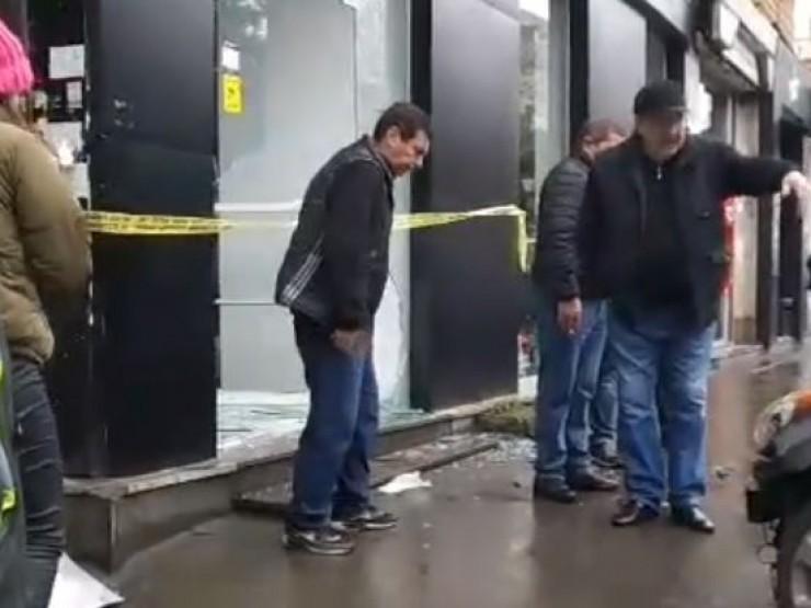 თბილისში ავტომობილი ტანსაცმლის მაღაზიაში შევარდა - ფოტო