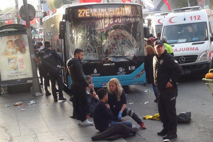 სტამბოლში ავტობუსის მძღოლი გაჩერებას დაეჯახა, შემდეგ კი მოქალაქეებს დანით დაესხა თავს