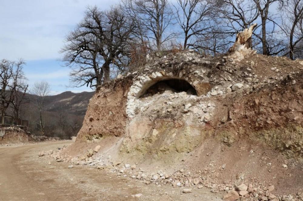 საჩხერე-რაჭის დამაკავშირებელი გზის მშენებლობისას ძველი, კირქვით ნაშენი სარკოფაგის ფრაგმენტები აღმოაჩინეს