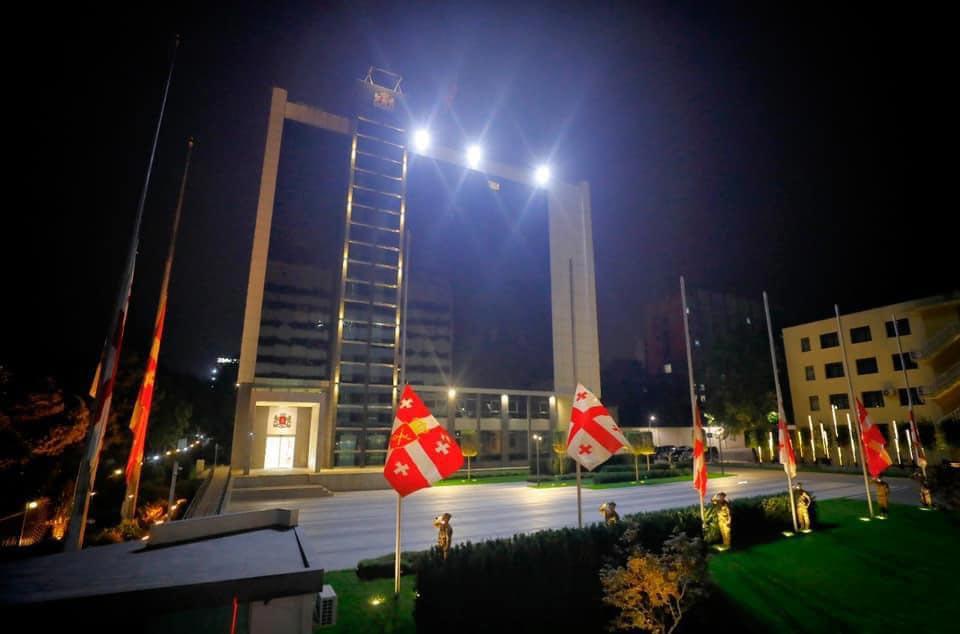 თავდაცვის სამინისტროს ადმინისტრაციულ შენობებსა და ყველა სამხედრო ბაზაზე სახელმწიფო დროშები დაეშვა