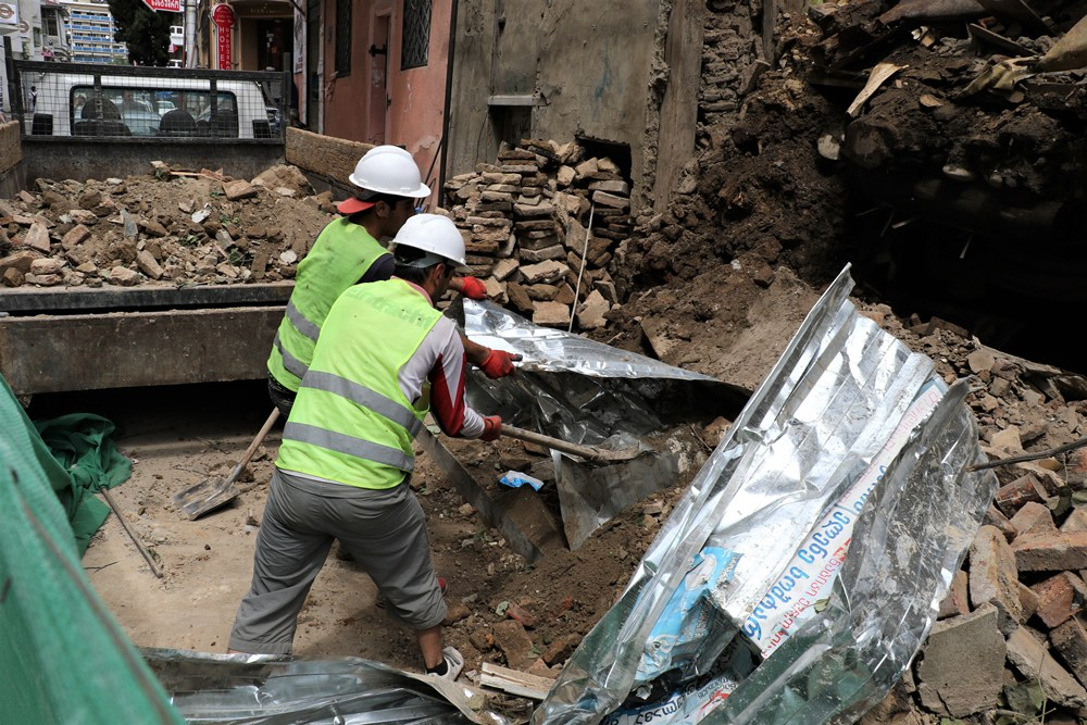 მეტეხის ქუჩაზე წვიმის შედეგად ჩამოშლილი კედლის ადგილას გაწმენდითი სამუშაოები დაიწყო