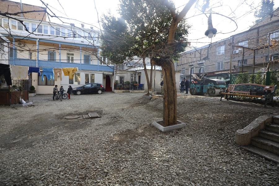 ეზოს კეთილმოწყობა ტაბიძის ქუჩაზე