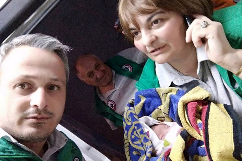თბილისში სასწრაფოს ექიმებმა 18 წლის გოგო სახლში ამშობიარეს