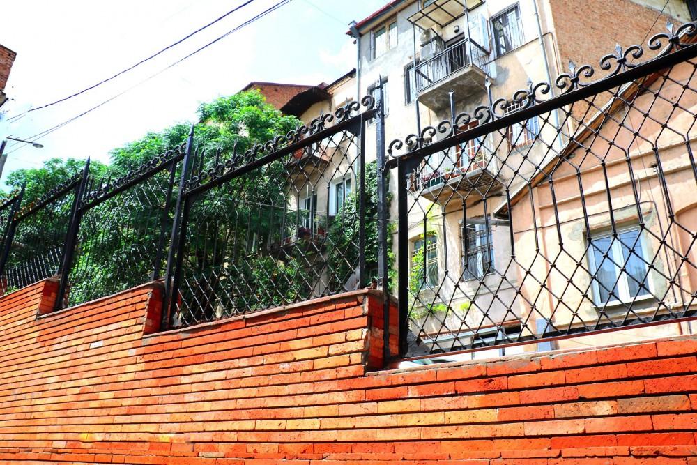 ბარნოვის ქუჩის N8-ში გრუნტის დამჭერი კედლისა და ლითონის ღობის რეკონსტრუქცია დასრულდა