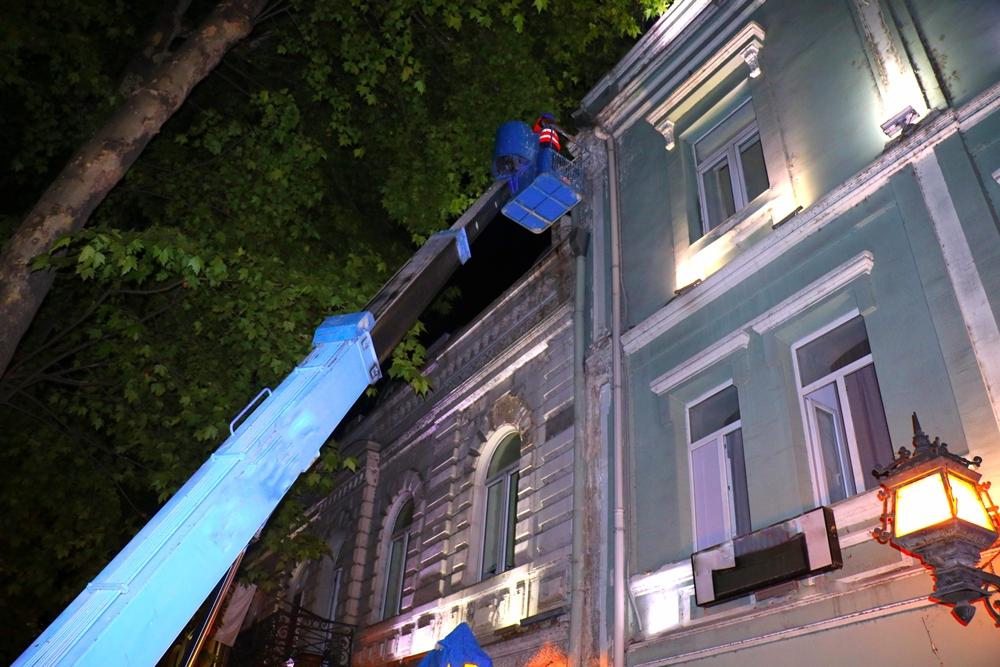 მოქალაქეთა უსაფრთხოებისთვის, რუსთაველის გამზირზე ორი შენობის ფასადიდან ავარიული ელემენტები ჩამოიხსნა