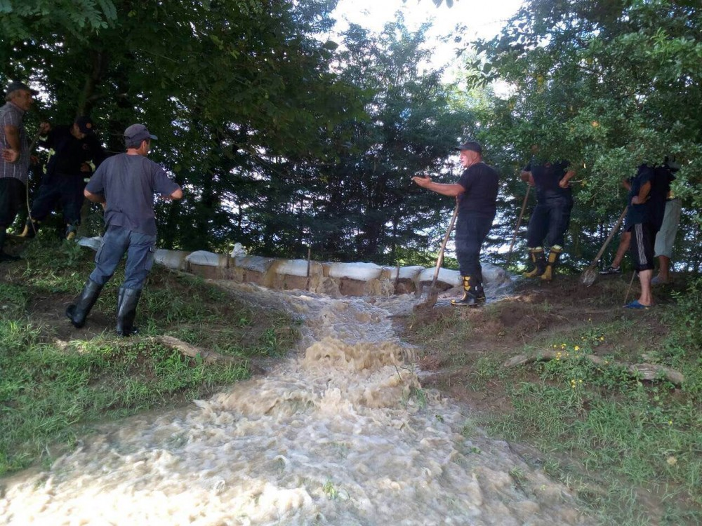 მეხანძრე-მაშველებმა მდინარე აბაშის კალაპოტი გაამაგრეს და საცხოვრებელ სახლებში შესული წყალი ამოტუმბეს