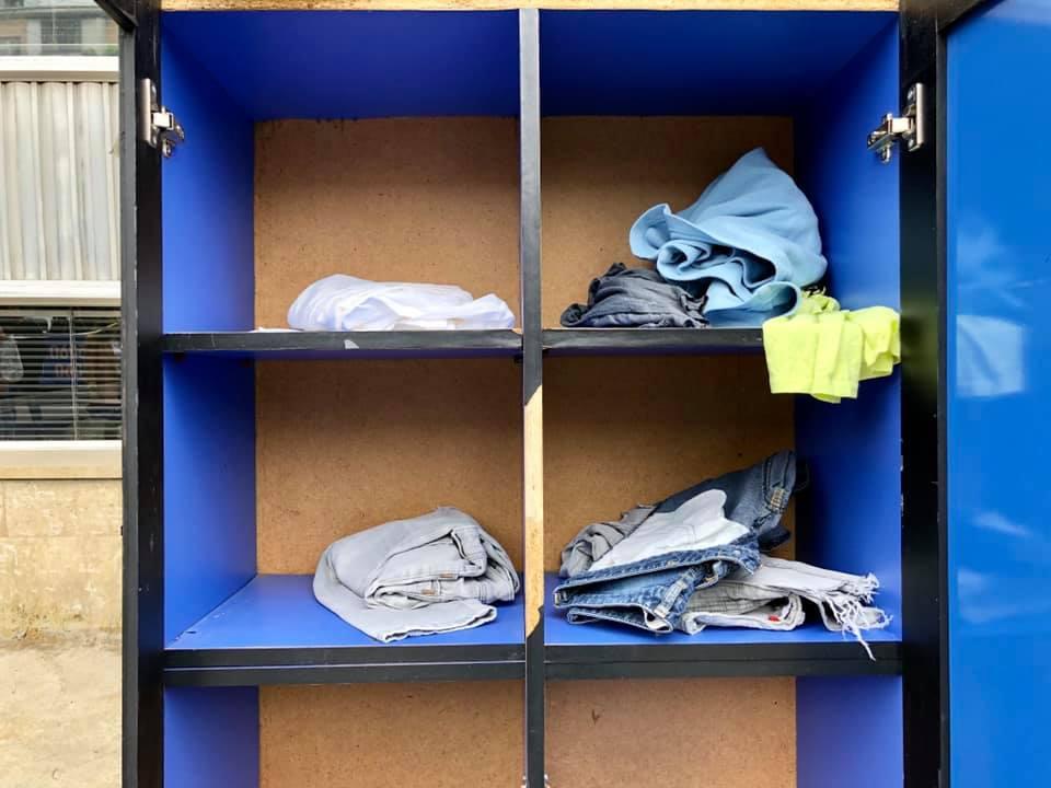 """""""მეტრო """"დელისთან"""" დგას ტანსაცმლის კარადა. ვისაც გაჭირვებულისთვის გასამეტებელი ტანსაცმელი აქვს, შეუძლია თაროზე დააწყოს"""""""