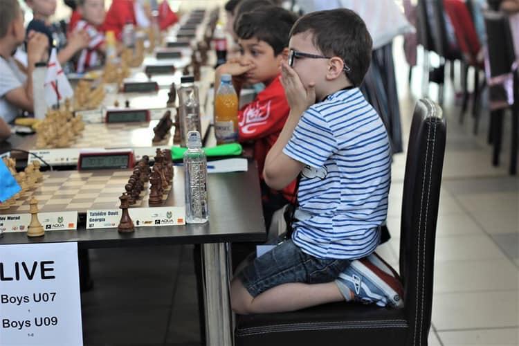 პრემიერი 6 წლის დავით თათვიძეს ევროპის ჩემპიონობას ულოცავს
