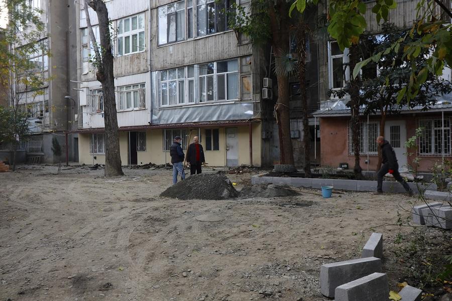 ალ. ჭავჭავაძის ქუჩაზე არსებული ეზოს სარეაბილიტაციო სამუშაოები მიმდინარეობს
