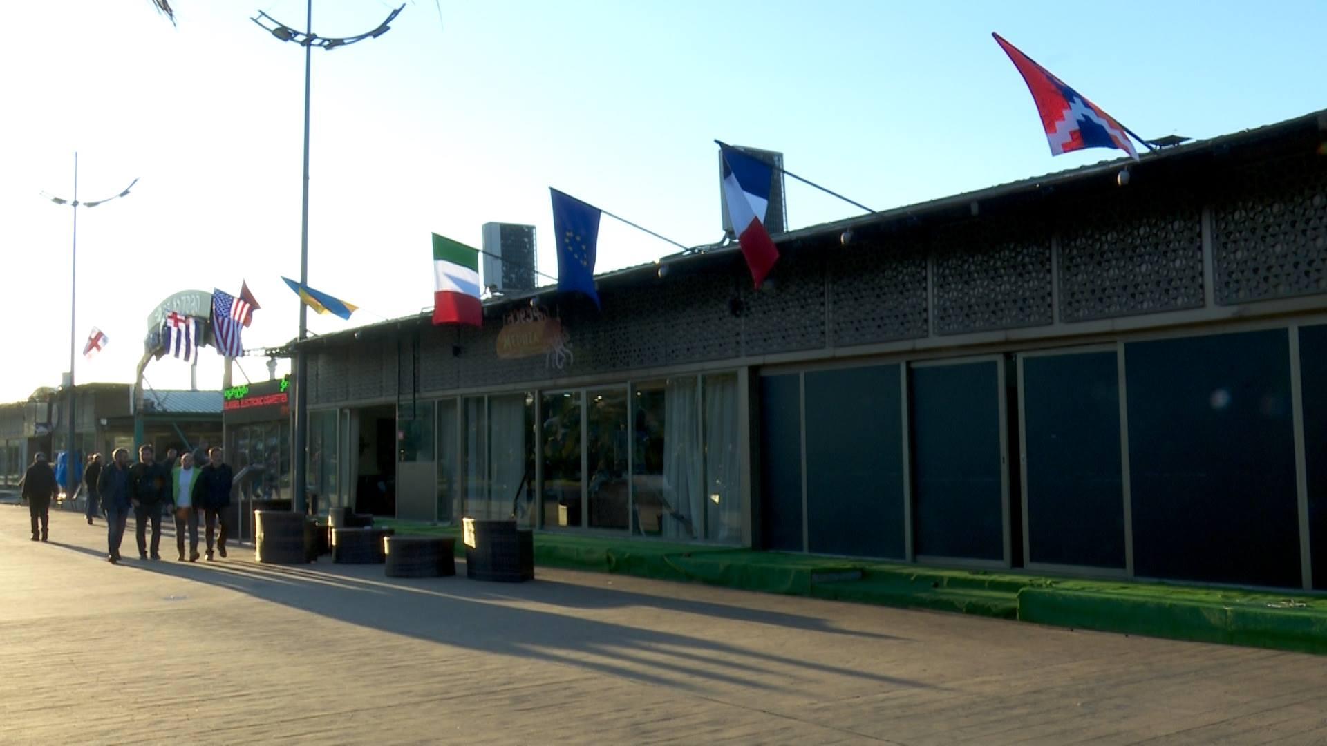 ბათუმში რესტორანზე აღმართული რუსეთის დროშა პროტესტის შემდეგ ჩამოხსნეს