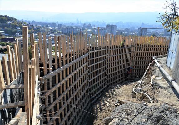 ნაძალადევის რაიონში 43-მეტრიანი გრუნტის დამჭერი კედელი შენდება