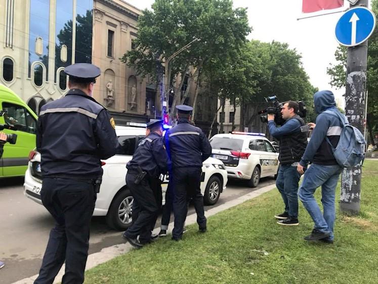 პარლამენტთან საზოგადოებრივი წესრიგის დარღვევისთვის პოლიციამ ორი პირი ამხილა