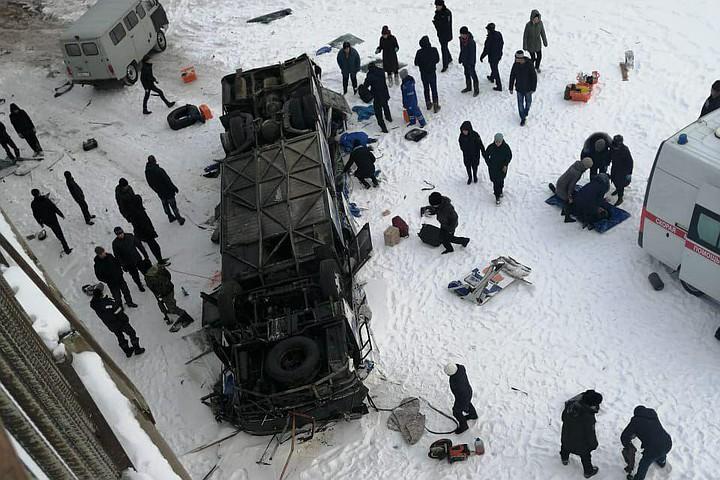რუსეთში ავტობუსი ხიდიდან გადავარდა - შემთხვევას 20 ადამიანი ემსხვერპლა