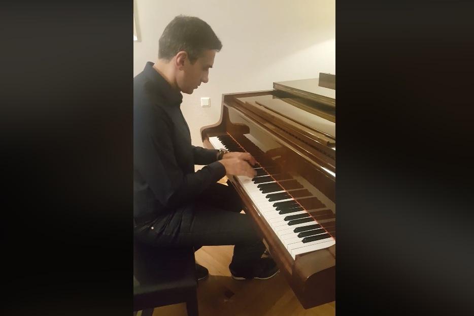 დეპუტატი გიორგი კახიანი პიანინოზე უკრავს (ვიდეო)