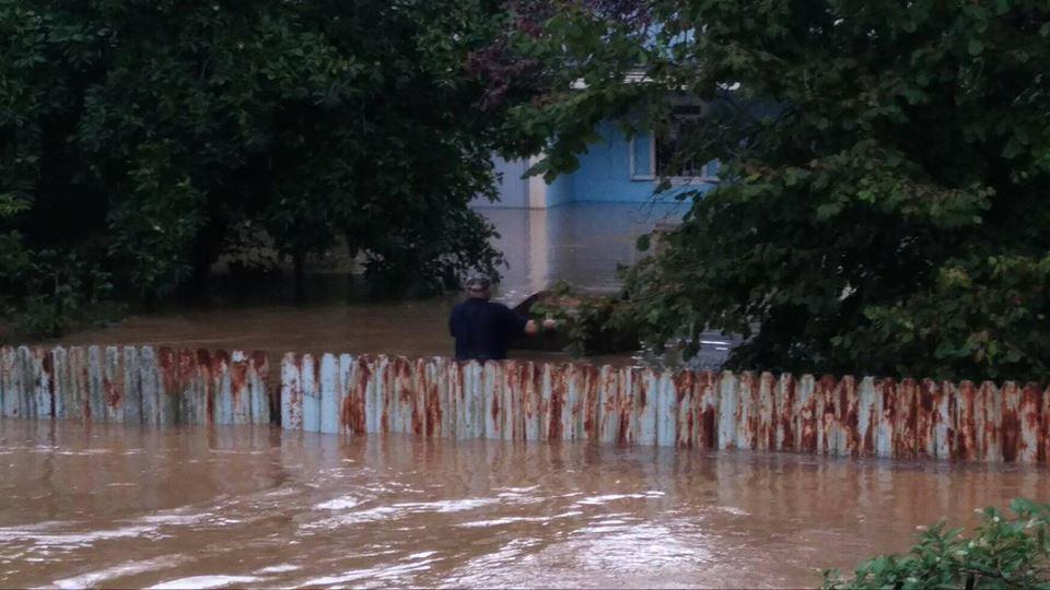სტიქია გალში - ძლიერი წვიმის შედეგად სახლები დაიტბორა