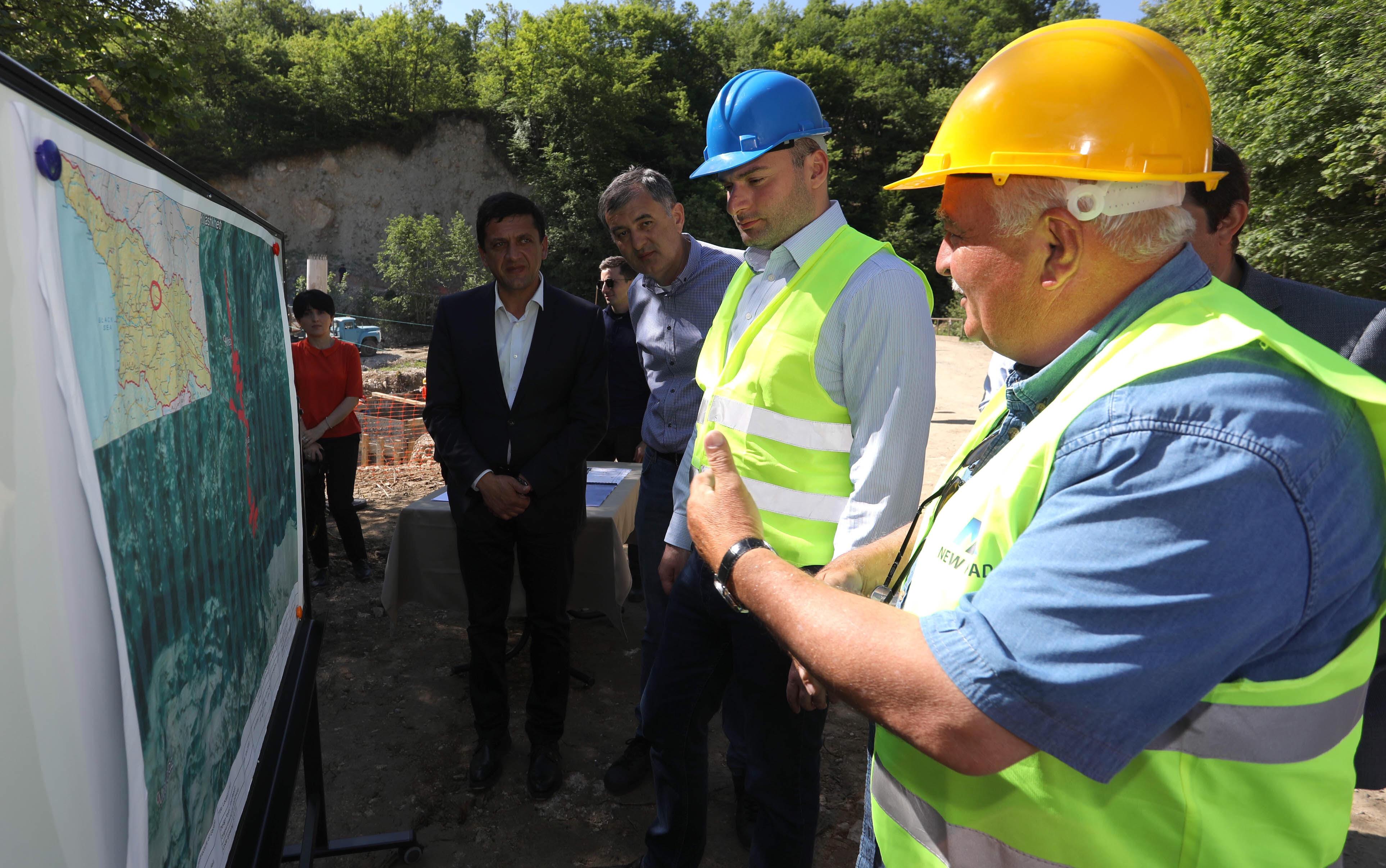მამუკა ბახტაძე ზემო იმერეთი-ონის დამაკავშირებელი გზის სამშენებლო სამუშაოების მიმდინარეობას გაეცნო