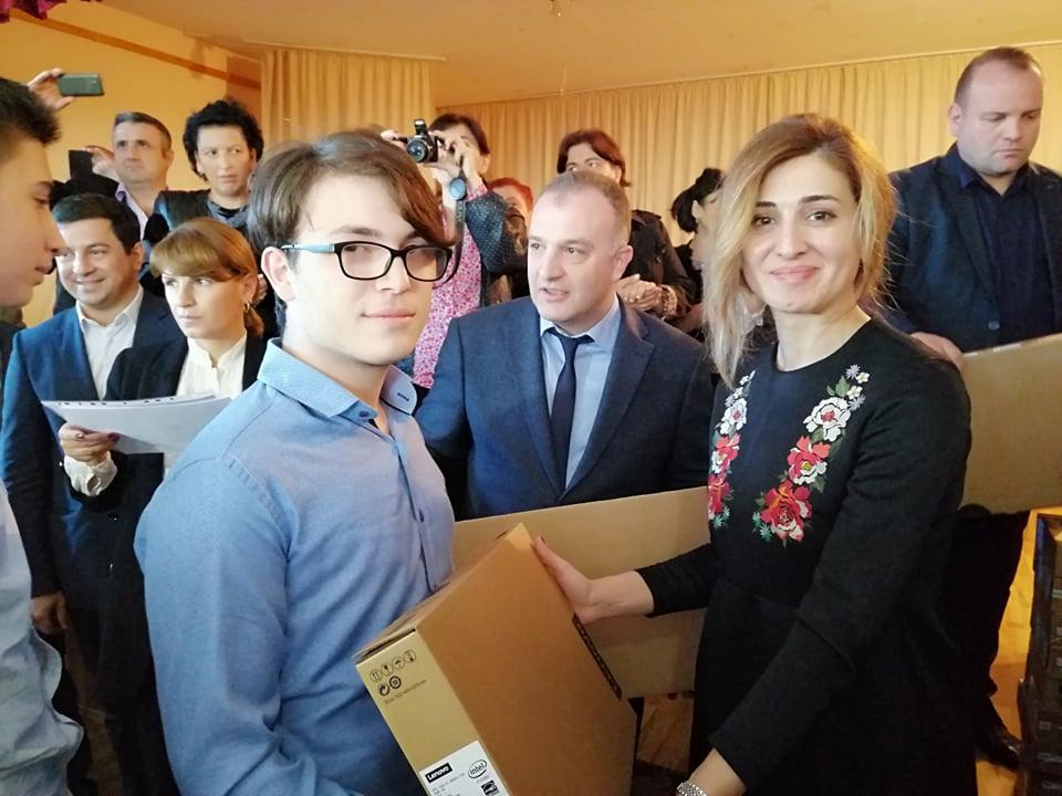 საქართველოს სკოლების წარჩინებული მოსწავლეები კომპიუტერებით ჯილდოვდებიან