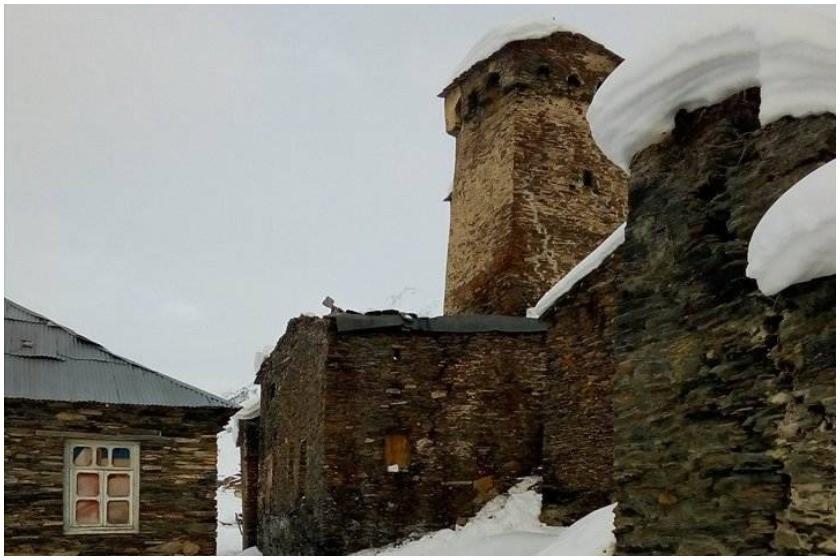 უშგულის თემში თოვლმა ტრადიციული სვანური მაჩუბი დააზიანა (ფოტოები)