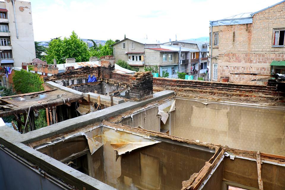 შანიძის ქუჩის N25-ში სახურავის აღდგენის სამუშაოები მიმდინარეობს