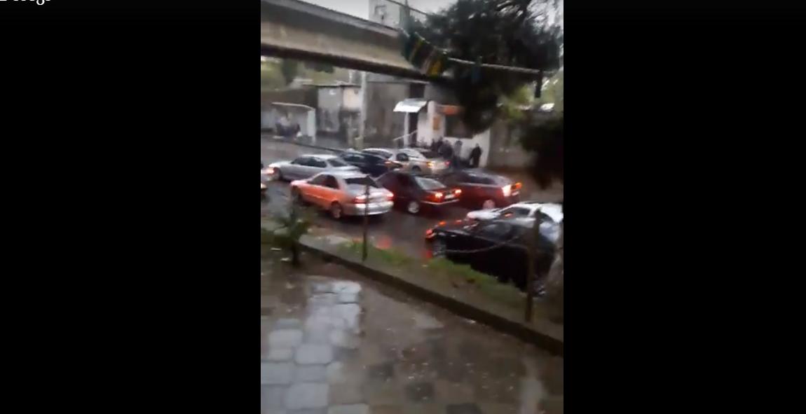 როგორ იცავენ თბილისელი მძღოლები მანქანას სეტყვისგან (ვიდეო)