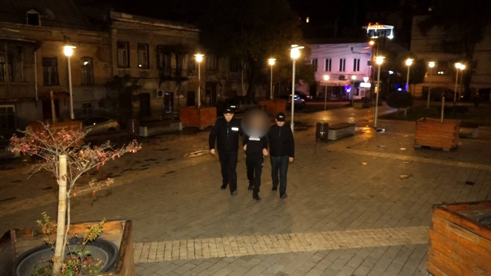 პოლიციამ გენდერული იდენტობის ნიშნით შეუწყნარებლობის მოტივით ჩადენილი ძალადობის ბრალდებით სამი პირი დააკავა