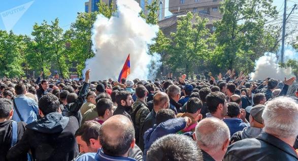 ერევანში მომიტინგეებსა და პოლიციას შორის შეტაკება მოხდა - არიან დაშავებულები (ფოტო)