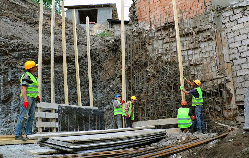 წავკისის ქუჩაზე კედლის მშენებლობა მიმდინარეობს