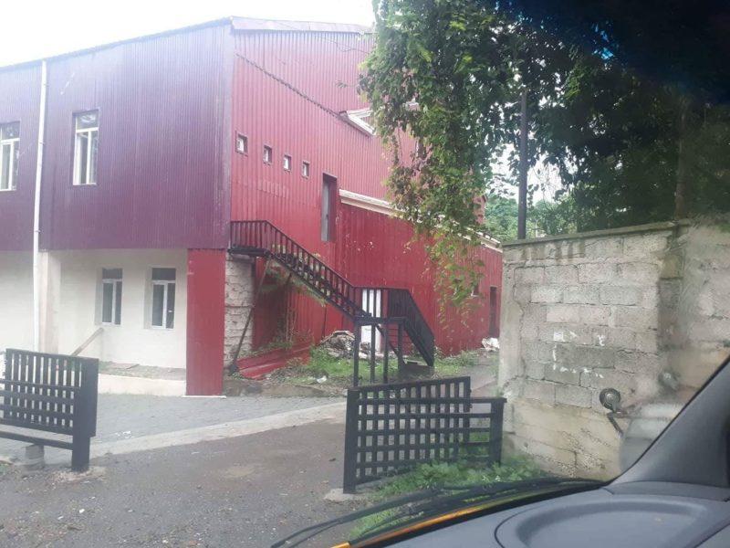 სახანძრო უსაფრთხოების კიბე კარის გარეშე - რა განმარტებას აკეთებს მშენებელი კომპანია?