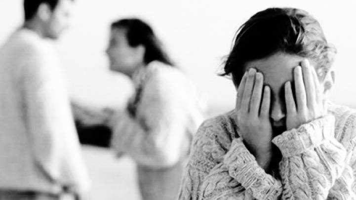 ოჯახის წევრის მიმართ ძალადობა, შეურაცხყოფა და შანტაჟი საზოგადოებისთვის სასარგებლო შრომით ან 2 წლამდე პატიმრობით დაისჯება