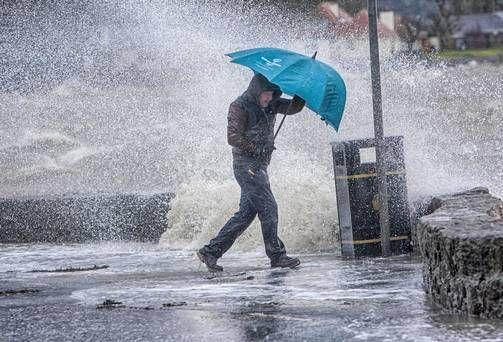 დუშეთში ძლიერი წვიმის შედეგად ქუჩები და საცხოვრებელი სახლების სარდაფები დაიტბორა