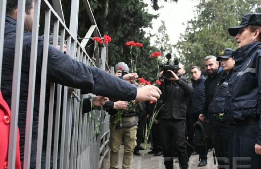 გურჯაანის სასამართლოსთან შეკრებილმა აქციის მონაწილეებმა ქალ პოლიციელებს ყვავილები მიართვეს