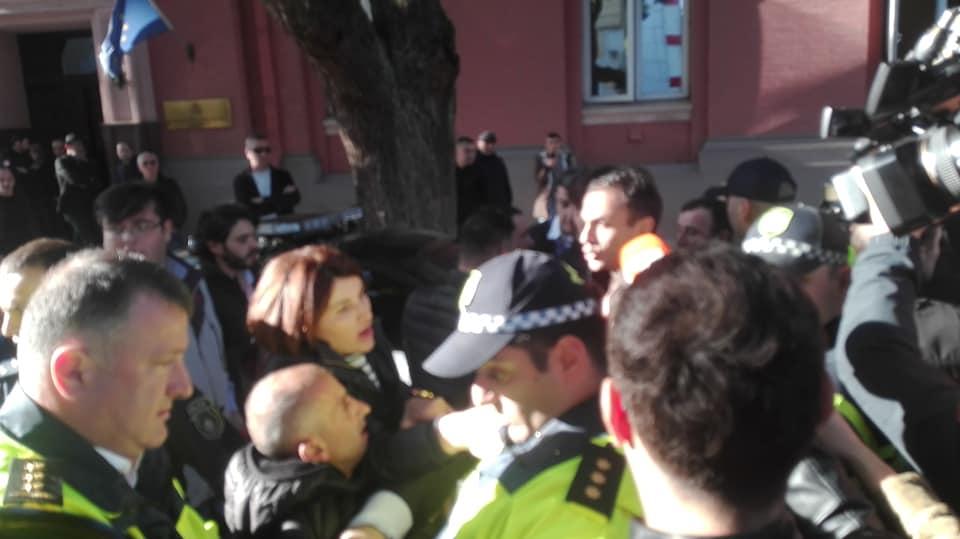 """აჭარის მთავრობის შენობასთან მიმდინარე """"ნაციონალური მოძრაობის"""" აქციაზე რამდენიმე პირი დააკავეს"""