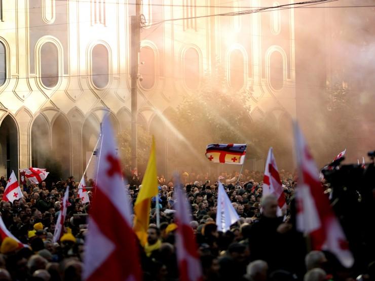 """პარლამენტის უკანა შესასვლელთან აქციის მონაწილეებმა სიმღერა """"მიშა მაგარია"""" ჩართეს (ვიდეო)"""