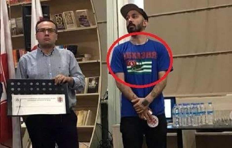 მწერალი ზურაბ ჯიშკარიანი ლიტერატურული კონკურსის დაჯილდოვებაზე აფხაზეთის დროშიანი მაისურით მივიდა