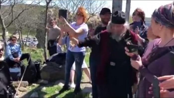 """""""ეკლესიის ეზოში რა კონცერტებს მართავთ""""- სასულიერო პირი ჯვრის მონასტერთან მომღერალ ტურისტებს (ვიდეო)"""