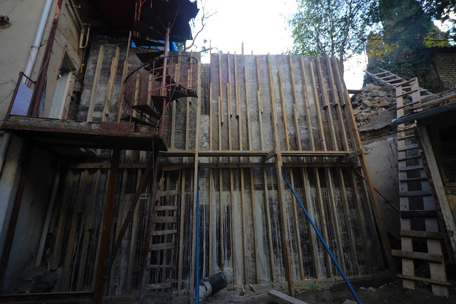 იაშვილის ქუჩაზე გრუნტის დამჭერი კედელი ეწყობა