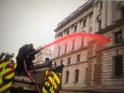 ნახეთ როგორ დასრულდა ეკოაქტივისტების მცდელობა ბრიტანეთის ფინანსთა სამინისტროს წინ ხელოვნური სისხლი მომოეფრქვიათ (ვიდეო)