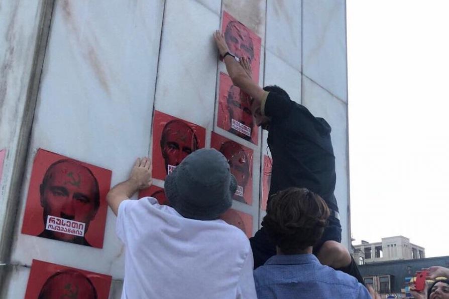 ბათუმის ქუჩებში ანტისაოკოპაციო სტიკერები გააკრეს (ფოტოები)