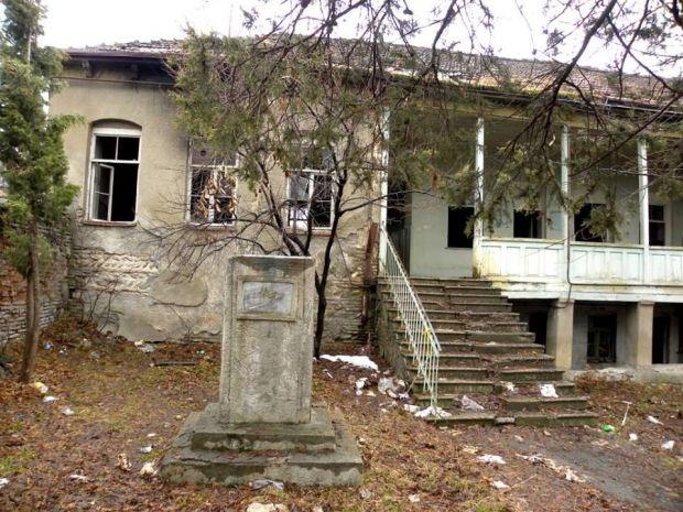 ილიასეული სასამართლოს შენობა განადგურების პირასაა (ფოტოები)