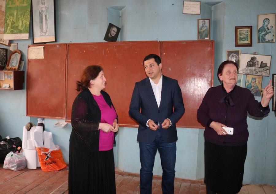 არჩილ თალაკვაძე ოზურგეთის N1 საჯარო სკოლის ადმინისტრაციას და პედაგოგებს შეხვდა