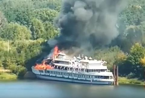 """მდინარე ვოლგაზე გემი """"წმინდა რუსეთი"""" იწვის"""